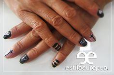 ¡La combinación de negro y dorado es simplemente adorable! Utilízalo para eventos súper elegantes <3 Visítanos Calle 10 # 58-07 B/ Santa Anita Citas: 3104444 ¡Dale a tu jueves un toque de nuestro Estilo Europeo! #Nails #Uñas #Negro #Dorado #Beauty #Manicure