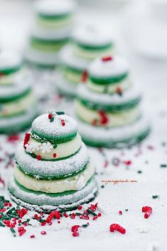 Christmas macaroons (Its in another language, but really all you need is green macaroons and mint cream filling. Christmas Sweets, Christmas Kitchen, Christmas Cooking, Noel Christmas, Green Christmas, Christmas Goodies, Macarons Christmas, French Christmas, Christmas Breakfast