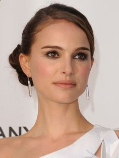 Natural Makeup Natalie Portman looks amazing with this simple updo! - You only need to know some tricks to achieve a perfect image in a short time.