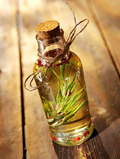 Kurlee Belle: Rosemary Oil: Hair growth in a bottle. All-natural rosemary oil DIY for massaging hair and stimulating hair growth. Essential Oils For Depression, Essential Oils For Hair, Neroli Essential Oil, Lemon Essential Oils, Rosemary Oil For Hair, Rosemary Water, Rosemary Herb, Art Rose, Herbal Oil