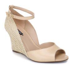 Sandália de couro com salto anabela bordado.