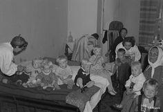 Sa-kuva / Ruotsiin lähteviä lapsia vuonna 1943.  #sotalapsi Painting, Velvet, Painting Art, Paintings, Painted Canvas, Drawings