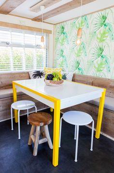 Wat een kleurrijke tafel! Heerlijk om er rustig aan te eten! #interieur #decoratie #glamping #stoerbuiten Lodges, Glamping, Dining Chairs, Caravans, Furniture, Home Decor, Cabins, Decoration Home, Room Decor