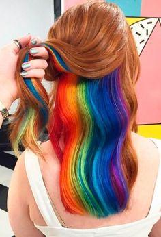 Wer sich im Alltag eher unauffällig kleidet und trotzdem eine bunte Haarpracht liebt, sollte diese Idee testen: Versteckte Regenbogenhaare! So ist deine wilde Seite nicht gleich für jeden erkennbar. Regenbogen / Haartrends / Haircolors / bunte Haare #rainbowhair #hiddenrainbowhair #hairtrends2017 | Stylefeed