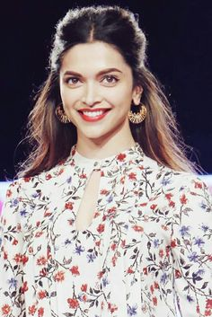 Bollywood Hottie Deepika Padukon Signature Hairstyles - Hairstyles Heartbeat Lady Deepika Padukon does not have to introduce her because she […] Indian Celebrities, Bollywood Celebrities, Bollywood Fashion, Bollywood Actress, Beautiful Indian Actress, Beautiful Actresses, Deepika Padukone Style, Deepika Padukone Hairstyles, Wedding Hairstyles