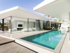 Modern seafront residence located in Spain, designed in 2016 by JLE Arquitectos. Bungalow Haus Design, House Design, Modern Pool House, Moderne Pools, Home Building Tips, Casas Containers, Backyard Pool Designs, Hawaii Homes, Modern Farmhouse Exterior