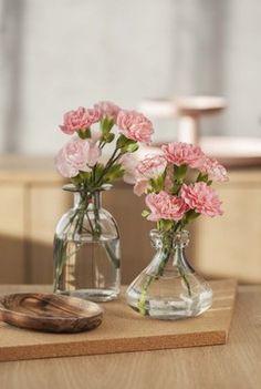 Enkel og dekorativ pynt med grennelliker i små vaser.