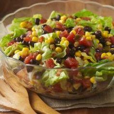 Receta de ensalada con maíz, frijoles negros, tomates y lechuga iceberg