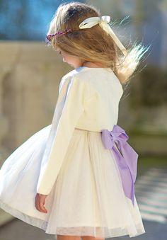 Nous proposons la veste Élise ivoire si le beau temps n'est pas au rendez-vous. Cette veste s'accordera avec notre robe Ninon ivoire, et peut être rehaussée par des accessoires colorés comme la couronne Eva en baie violettes et la ceinture Sarah assortie.