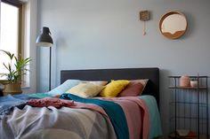 Kleurrijke en warme slaapkamer. Plaids van webshop Ookinhetpaars.