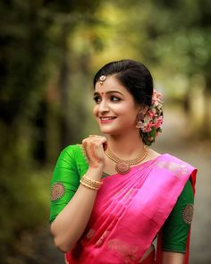 Beautyy Picturess: Wedding Saree and South Indian Bride Simple Blouse Designs, Blouse Designs Silk, Bridal Blouse Designs, Blouse Lehenga, Saree Dress, Engagement Saree, Engagement Dresses, Engagement Photos, Sari Design