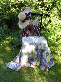 Une robe et un chapeau sur une chaise