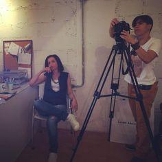 Mazé Alves (sentada) e Simone Caetano (na câmera) em ação.