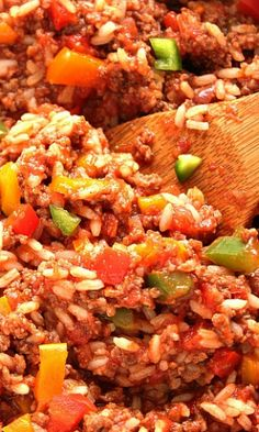 Stuffed Pepper Rice Skillet recipe – a classic dish simplified! Perfectly seasoned ground beef, rice, colorful peppers, onions and garlic make this skillet dinner a family favorite! All done in 20 minutes! Beef Recipes For Dinner, Cooking Recipes, Pan Cooking, Camping Cooking, Beef Dishes, Rice Dishes, Main Dishes, One Pot Dinners, Weeknight Dinners