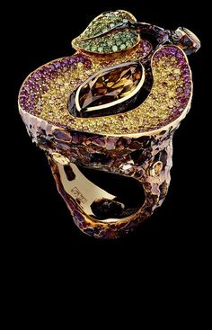 Jewellery Theatre CARAVAGGIO PLUM RING Ref: O*1_200 YBF1 1 yellow-brown pear diamond 1,62 ct F.DP. BNSH. OR.Y.Y. SI2 79 purple diamonds 0,46 ct 33 green diamonds 0,20 ct 155 cognac diamonds 1,13 ct 53 orange diamonds 0,33 ct gold 19,3 g
