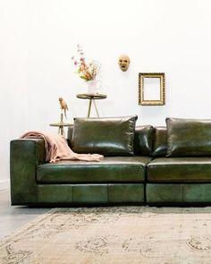 De Industriële bank Block van Station7 is leverbaar in Ambachtelijk hand gepoetst buffelleer en Geschuurd leer. De stijl is robuust en stoer, met een eigentijdse maar tijdloze wijze van finishing van de materialen. Je geniet van de mooie combinatie van zitcomfort, uitstraling en productkwaliteit. Omdat er zoveel keuze in kleur is bij Station7 past een leren bank altijd in jouw interieur. Deep Couch, Couch Cushions, Upholstered Sofa, Fabric Sofa, Sectional Sofa, Interior Inspiration, Living Room Decor, Furniture, Home Decor