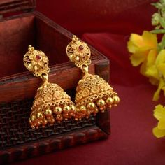 Discover wide range of collection of traditional gold earring at Waman Hari Pethe Sons. Gold Jhumka Earrings, Gold Bridal Earrings, Jewelry Design Earrings, Gold Earrings Designs, Designer Earrings, Buy Earrings, Earrings Online, Fashion Earrings, Bridal Jewelry