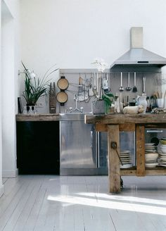 love this industrial kitchen design Wooden Kitchen, Rustic Kitchen, New Kitchen, Kitchen Dining, Kitchen Decor, Awesome Kitchen, Paris Kitchen, Kitchen Utensils, Kitchen Work Bench