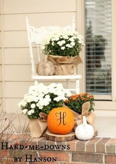 fall porch decor-mums, burlap, pumpkins