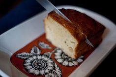 Bizcocho salado de nueces, pera y queso azul
