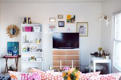 love everything about this. Amanda Risius' Iowa College Apartment Tour #theeverygirl
