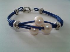 Pulsera en cuero, zamak y perlas cultivadas •✿• Teresa Restegui http://www.pinterest.com/teretegui/ •✿•