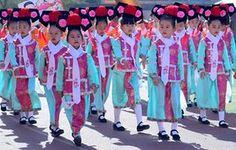 Shenyang, Hiina.  Algkooli õpilased kandma traditsioonilised kostüümid enne osale spordiüritus