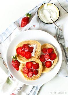 Omleciki z truskawkami, pyszne, leciutkie placuszki. Najlepsze z jogurtem i owocami. Bezglutenowe śniadanie.