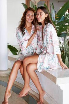Outfit Strand, Barefoot Girls, Bridesmaid Robes, Bridesmaid Pyjamas, Gorgeous Feet, Female Feet, Brown Hair Colors, Kimono Fashion, Sexy Feet