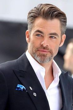 Men out of the ordinary ...  Realmente, homens fora do comum... Celebrity Haircuts, Chris Pine, Celebs, Celebrities, The Ordinary, Personal Development, Candid, Gentleman, Mirrored Sunglasses