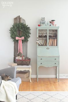 Love this simple Christmas wreath displayed on old barn wood eclecticallyvintage.com