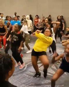 ⤷no importa tu cuerpo, disfrutar! Dirty Dancing, Funny Dancing Gif, Funny Dance Moves, Kids Dancing, Funny Video Memes, Funny Relatable Memes, Videos Funny, Dance Choreography Videos, Dance Music Videos