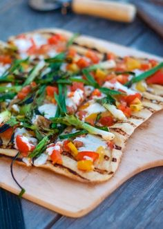 Grilled Pizza with Heirloom Tomato Checca & Scallions Recipe Heirloom Tomato Recipes, Heirloom Tomatoes, Vegetarian Recipes, Cooking Recipes, Healthy Recipes, Pescatarian Recipes, Veggie Sandwich, Good Food, Yummy Food