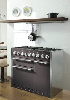 Talk-of-the-town London chef Skye Gyngell recently gave us a tour of her home kitchen, where she salutes classic English design while taking it in a soulful direction. Here's how to get the look. Kitchen Stove, New Kitchen, Kitchen Appliances, Kitchen Ideas, Cottage Kitchens, Home Kitchens, Popular Kitchen Colors, Modern Country Style, Range Cooker