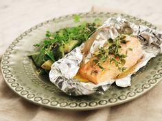 Att grilla fisk i foliepaket är ett säkert sätt att få bra smak på fisken, dessutom är det heller ingen risk att den faller isär. Här får laxen smak av citron och timjan och serveras med en grillad gurksallad. Fika, Spanakopita, Fresh Rolls, Turkey, Cheese, Meat, Ethnic Recipes, God, Lemon