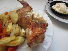LOS INGREDIENTES: - Un conejo troceado en cuatro partes. - Patatas - Una cebolla - Un tomate - Una zanahoria - Especias: pimienta negra, tomillo - Vino blanco - Aceita de oliva y sal EL PROCEDIMIEN...