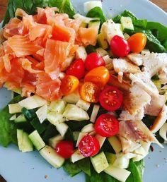 Groene salade als lunch: spinazie komkommer venkel courgette tomaatjes zalm paling en knoflookolie