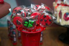 Miraculous Ladybug é a nova febre entre as crianças e trouxe uma festa linda para as mamães se inspirarem. Apesar de ser a nova sensação entre a criançada (principalmente entre as meninas), Miracul… Alice, Ladybug Party, Bugs, Lol, Lady Bug, Birthday, Tableware, Party Party, Party Ideas