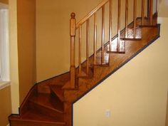 Redonner de l'éclat à un escalier en bois (aspirateur, colle)