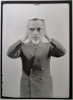 Benjamin Fondane …… Man Ray foi fundador do grupo dadaísta de NY, junto com seu chapa Marcel Duchamp (aquele do mictório) e logo se conectou com o movimento surrealista da pintura, e nomes como Salvador Dalí. Trabalhou como fotógrafo para financiar a pintura e, com a nova atividade, desenvolve a sua arte, a raiografia, oufotograma, (...)