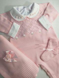 Saida Maternidade Linha Luxo Rosa Com Florzinhas S Body Kids Dress Clothes, Winter Baby Clothes, Knitted Baby Clothes, Knitted Romper, Baby Girl Dresses, Baby Boy Outfits, Baby Dress, Kids Outfits, Baby Booties Knitting Pattern