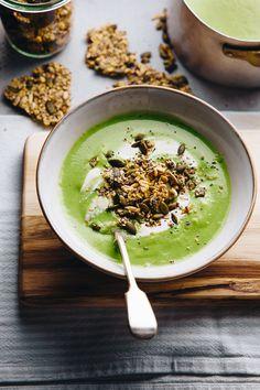 Vellutata di zucchine, piselli e latte di cocco con crackers di avena e semi // Zucchini, pea and coconut soup with seedy oat crackers
