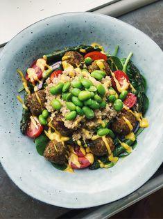 Quinoasalad with falafel, soybeans, asparagus and mangocurry sauce