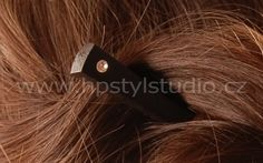 The shape of the needles in ebony hair is simple and shows  off the beauty of ebony. The needles are thin and wedge-  shaped. It makes them light. / Ebony wood is hard / The  head of the pin is decorated in different colors.