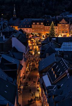 Décor de Provence: Comfort and Joy. Christmas Scenes, Noel Christmas, Xmas, White Christmas, Wallpaper Natal, German Christmas Markets, Christmas Feeling, Winter Scenery, Christmas Wonderland