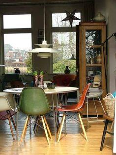 Müssen wir zu dieser schicken Sitzrunde noch etwas sagen? Eames Side Chairs von Vitra um Max Tisch von Kartell plus PH Pendelleuchte von Louis Poulsen - eine gelungene Mischung sagen wir! http://www.ikarus.de/DE_de/p/buero/schreibtische/max-schreibtisch.A038134.000.jsf