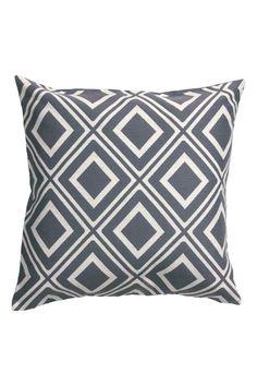 Žakárový povlak na polštářek: Povlak na polštářek s žakárově tkaným vzorem. Má jednobarevnou zadní stranu z bavlněné tkaniny a skrytý zip.