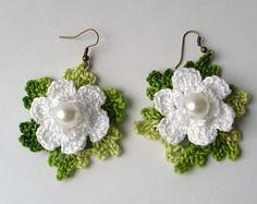 Orecchini, orecchini fatti a mano fiori bianchi all'uncinetto