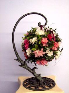 Cet arrangement rond a tellement Arrangement Floral Rose, Rose Flower Arrangements, Flower Vases, Paper Flowers Diy, Flower Crafts, Diy Diwali Decorations, Christmas Decorations, Cemetery Flowers, Topiary Trees