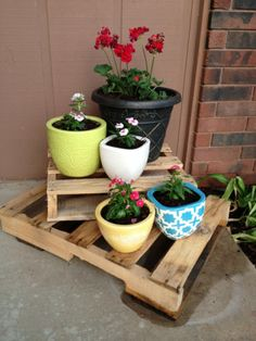 Stacked pallets and decorative flower pots - 20 Decorative And Practical DIY Spring Projects